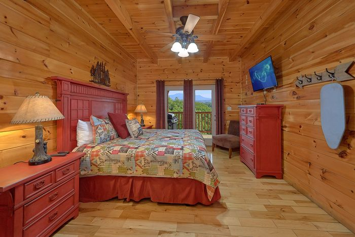 King Sized Bedroom in Cabin - Absolutely Viewtiful