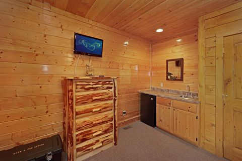 Wet Bar in Queen Bedroom - Adventure Lodge