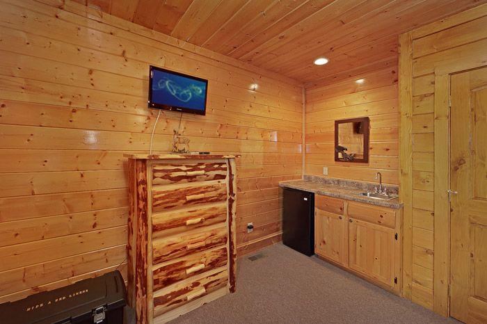 Wet Bar in Queen Bedroom - Adventure Lodge