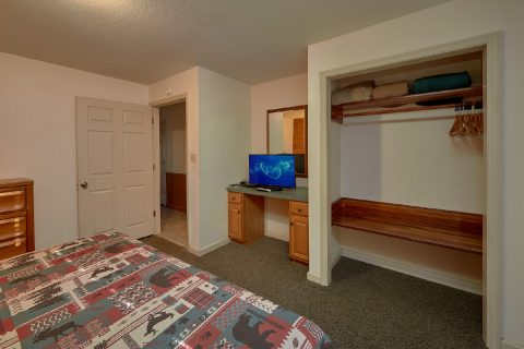 Beautiful 4 Bedroom Cabin TV in Every Room - Adventure Lodge Gatlinburg