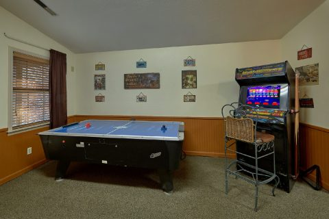 4 Bedroom with Arcade, Pool Table, Air Hockey - Adventure Lodge Gatlinburg