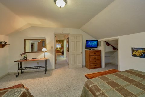 Spacious 4 Bedroom Gatlinburg Cabin Sleeps 18 - Adventure Lodge Gatlinburg
