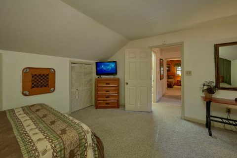Spacious 4 Bedroom 4 Bath Cabin Sleeps 18 - Adventure Lodge Gatlinburg