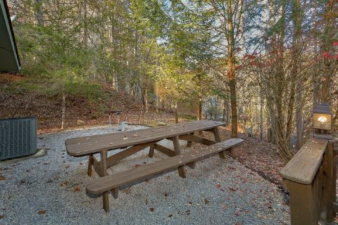 Picnic Table with Yard and Lots of Parking - Adventure Lodge Gatlinburg
