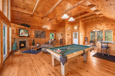 Luxury 1 Bedroom Cabin with Pool Table and Darts - Ah-Mazing