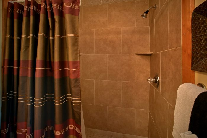 Honeymoon Cabin with Luxurious Bathroom - Ain't No Mountain High Enough