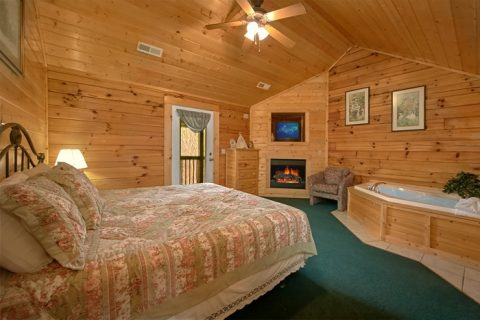 Pigeon Forge cabin with King Suite and Jacuzzi - Alexander the Great