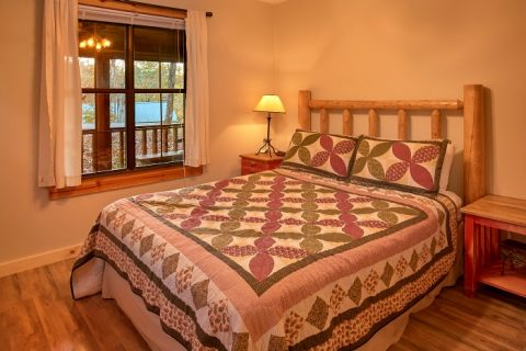 2 Bedroom Cabin with Private Queen Bedroom - Alpine Retreat