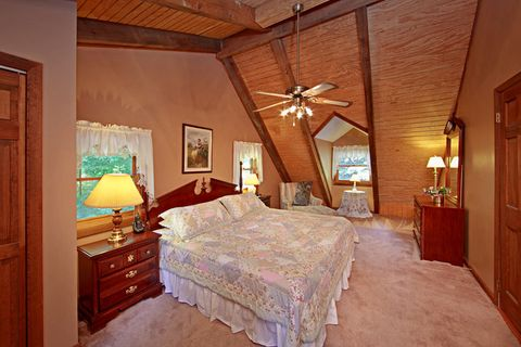 Cabin with King Sized Bed in Master Bedroom - Amazing Majestic Oaks