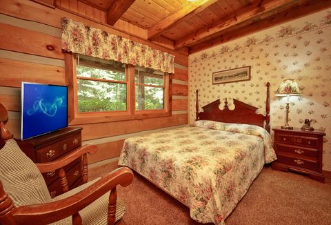 Queen Bedroom with TV - Amazing Majestic Oaks