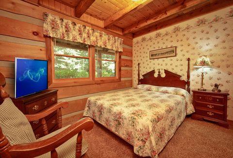Queen Bedroom with TV - Amazing Majestic Oaks