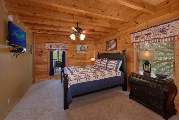 King Bedroom with Jacuzzi in 6 Bedroom Cabin - American Dream Lodge