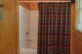Cozy honeymoon cabin with 2 full bathrooms
