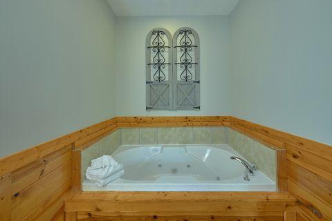 Jacuzzi Tub in Master bedroom at honeymoon cabin - Angel Haven
