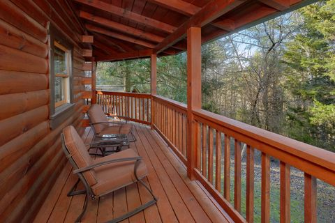 Premium 2 bedroom cabin with wooded view - April's Diamond