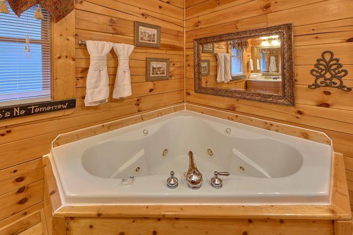 Private Jacuzzi Tub in 2 bedroom cabin - April's Diamond