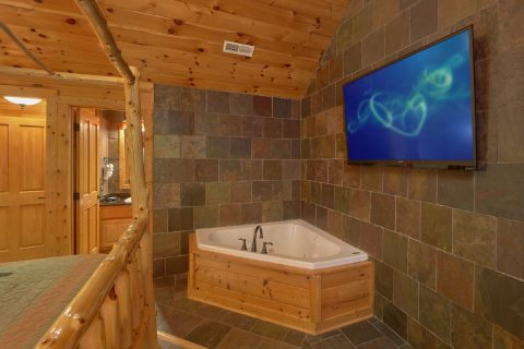 Jacuzzi Tub in Master Suite - Arrowhead View Lodge