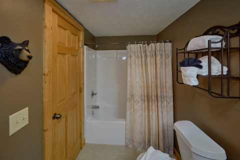 2 Private Bathrooms in 2 bedroom cabin rental - Autumn Breeze