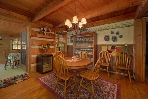 Rustic 3 Bedroom Cabin with Dining Room - Bear Cove Escape