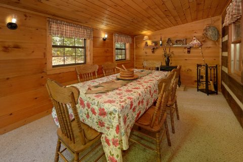 Rustic 3 Bedroom Cabin with Large Dining Room - Bear Cove Escape