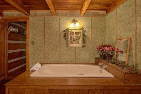Jacuzzi in Master Bathroom - Bear Cove Escape