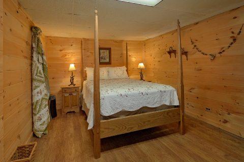 Queen Bedroom Sleeps 8 - Bear Cove Escape