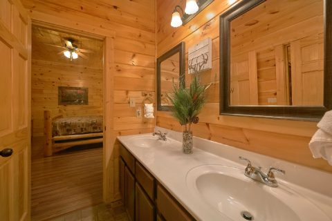 Private bathroom in 6 bedroom resort cabin - Bear Cove Lodge
