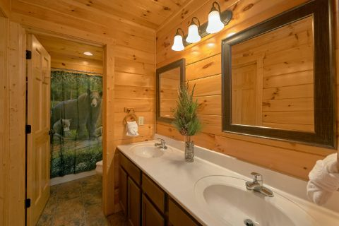 Group size cabin with 4 baths and washer/dryer - Bear Cove Lodge