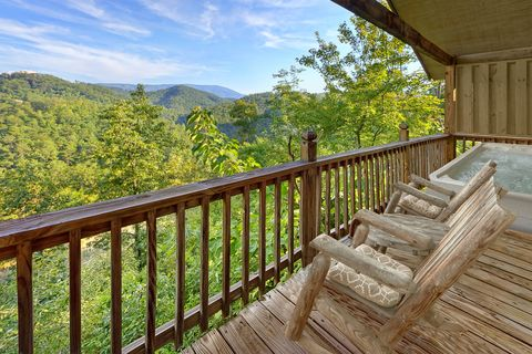 1 Bedroom With Rocking Chairs and Views - Bear Hugs