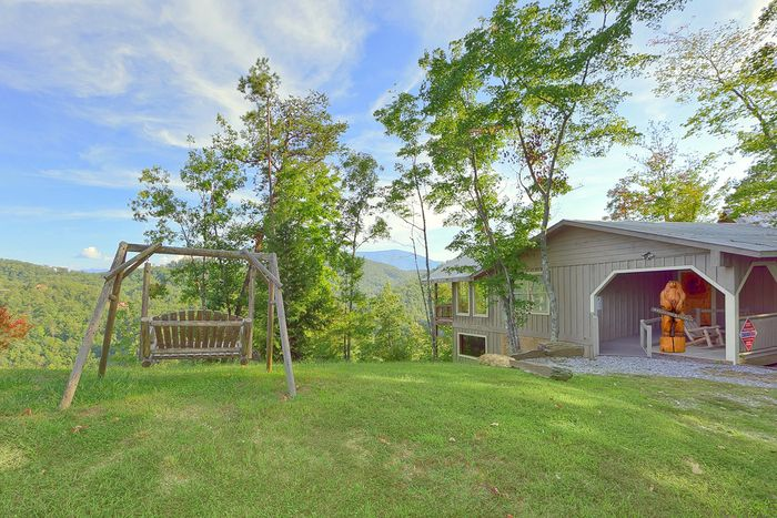 Smoky Mountain Cabin with Scenic Mountain Views - Bear Hugs