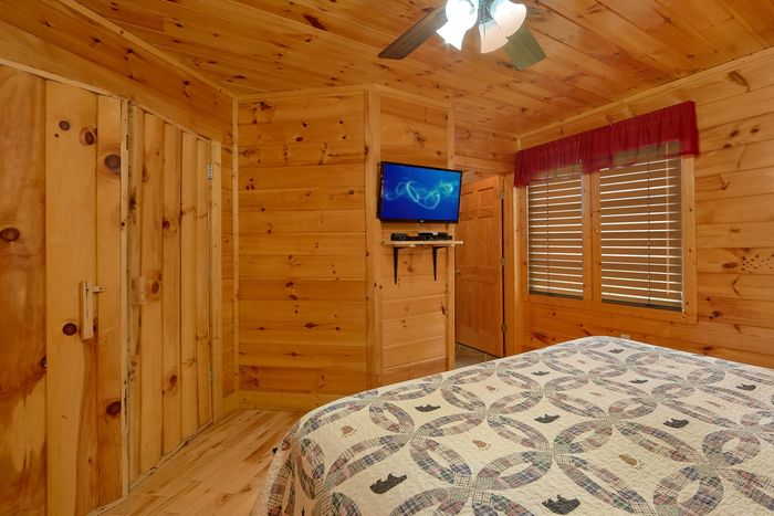 1 Bedroom Cabin with Great Views of the Smokies - Bear Hugs