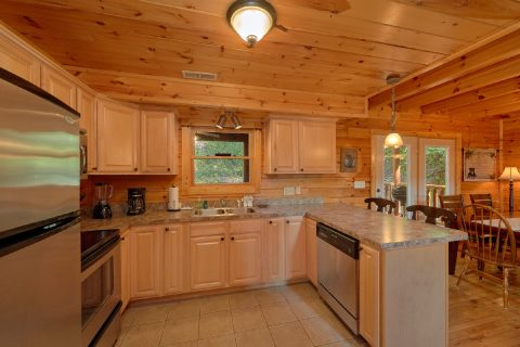 Luxurious 3 bedroom cabin with full kitchen - Bear Mountain Lodge