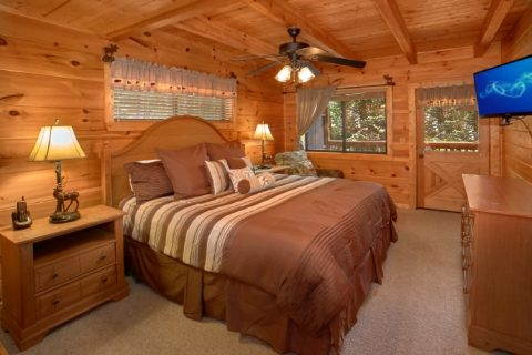 Spacious 2 Bedroom Cabin with King Bedroom - Bear Necessity