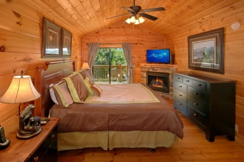 2 Bedroom Cabin With Master Suite and Fireplace - Bear Necessity