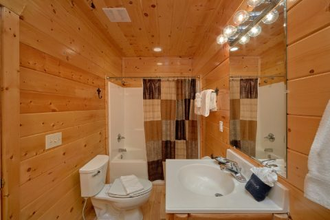 3 Bedroom Cabin with 3 Private Suites - Bear Pause Cabin
