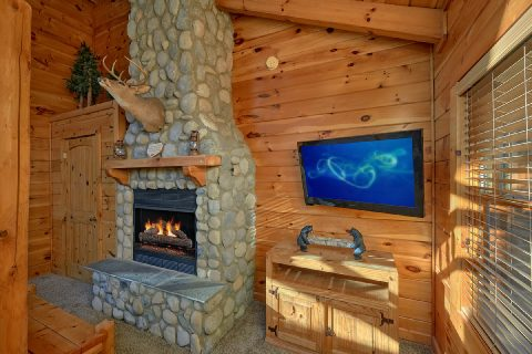 Gatlinburg cabin with fireplace in bedroom - Bear Paw Bridge
