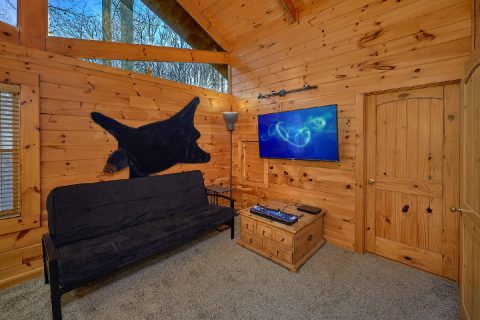 TV and Arcade Game in luxury cabin bedroom - Bear Paw Bridge