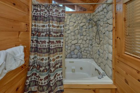 Gatlinburg cabin with Fire Pit and Hot Tub - Bear Paw Bridge