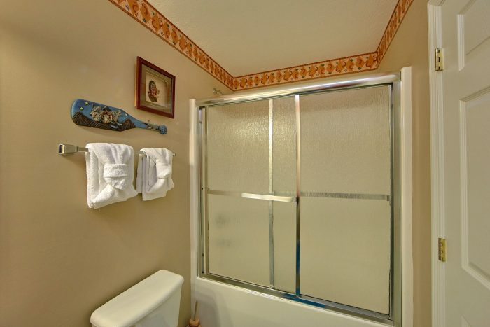 2 Bedroom Cabin with a Glassed-In Shower - Bear Paw Chalet