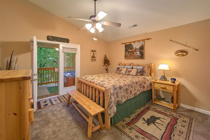 2 Bedroom Cabin with a Queen Bed - Bear Paw Chalet
