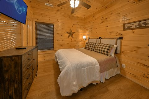 Cabin with Queen Bedroom - Bear Play