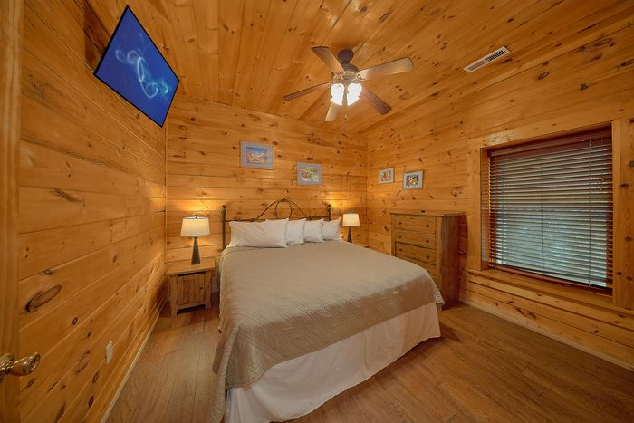 Cabin with Spacious King Bedroom - Bear Shack