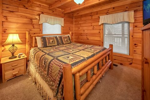 Secluded Honeymoon Cabin with Master Suite - Bearadise