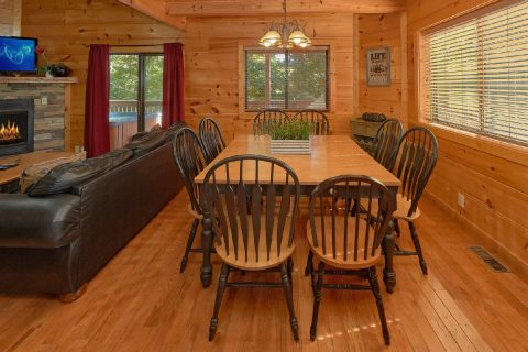 3 Bedroom Cabin with large Dining Room Table - Bearfoot Dreams