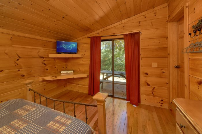 3 Bedroom Cabin Sleeps 9 with Cozy Bedrooms - Bearfoot Dreams