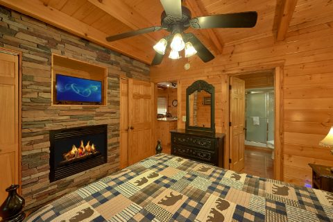 Master Suite 3 Bedroom Cabin Sleeps 9 - Bearfoot Dreams
