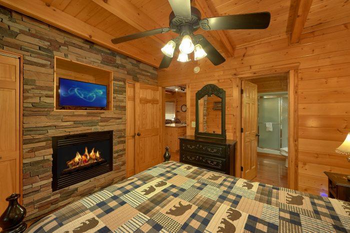 Master Suite 3 Bedroom Cabin Sleeps 9 - Bearfoot Dreams