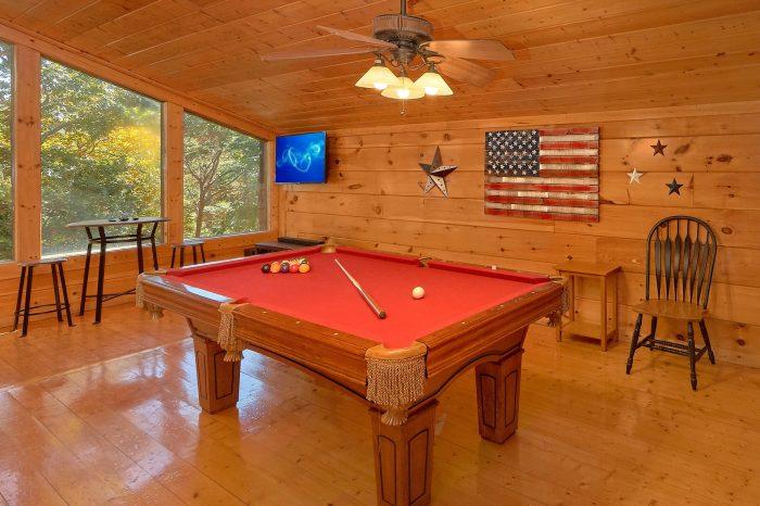 Pool Table, Flat Screen TV and Arcade Game - Bearfoot Dreams