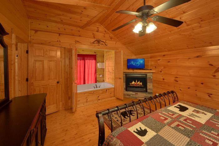 Master Suite wth Jacuzzi Tub and Fireplace - Bearfoot Dreams