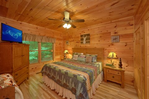 Main Floor Master Bedroom Cabin Sleeps 6 - Bear'ly Makin' It